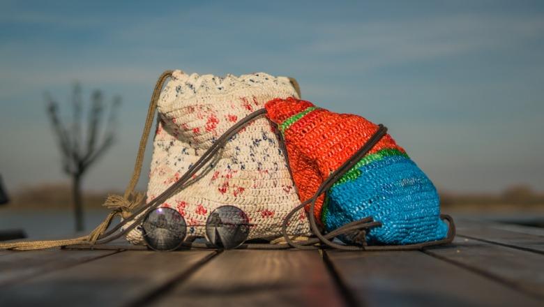 KNIToMANIA – stariji heklaju torbe od plastičnih kesa, mladi ih prodaju