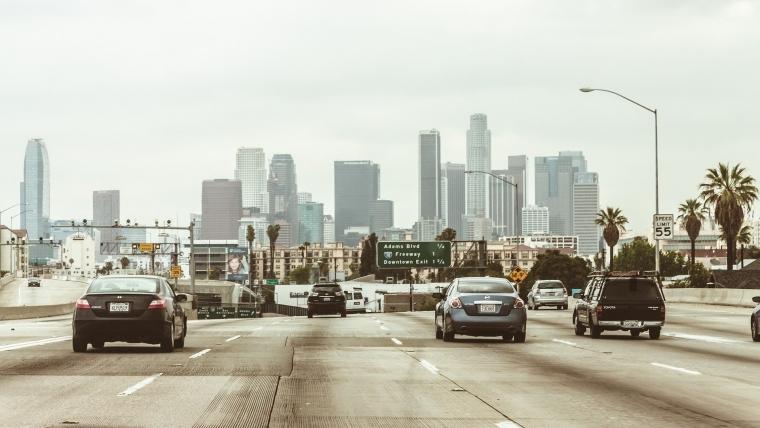 Los Anđeles koristi stare plastične flaše za popravku puteva