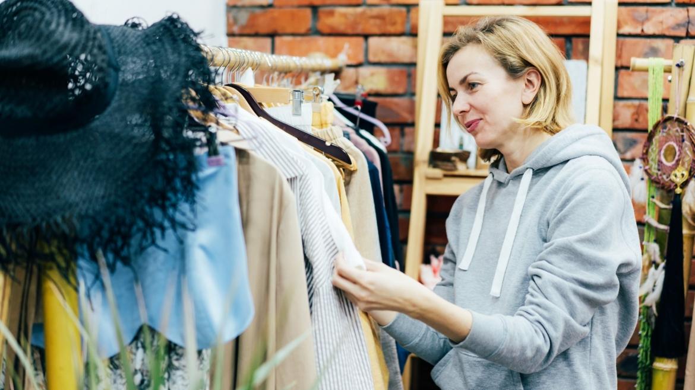 Većina nesvesna štetnog uticaja modne industrije na planetu – aktivisti traže jasne etikete o količini plastike u odeći